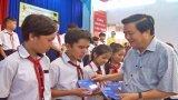 Bí thư Tỉnh ủy Long An – Phạm Văn Rạnh trao học bổng tại Đức Hòa