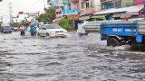 """Mưa lớn, nhiều tuyến đường tại Long An """"chìm"""" trong biển nước"""