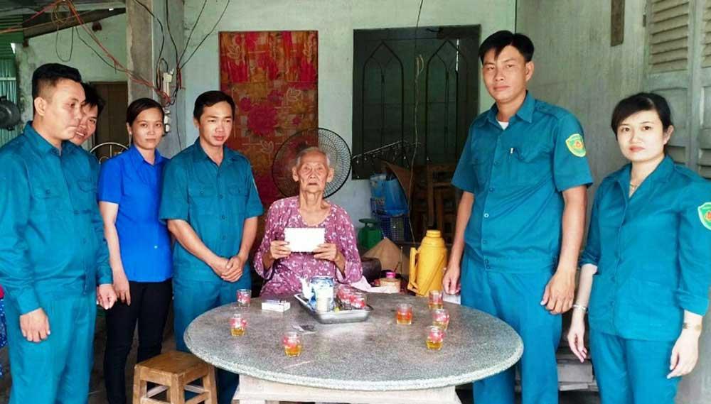 Từ số tiền vận động các đảng viên, Chi bộ Quân sự xã Thuận Nghĩa Hòa dành một phần nhỏ để tặng quà hộ gia đình chính sách neo đơn, già yếu