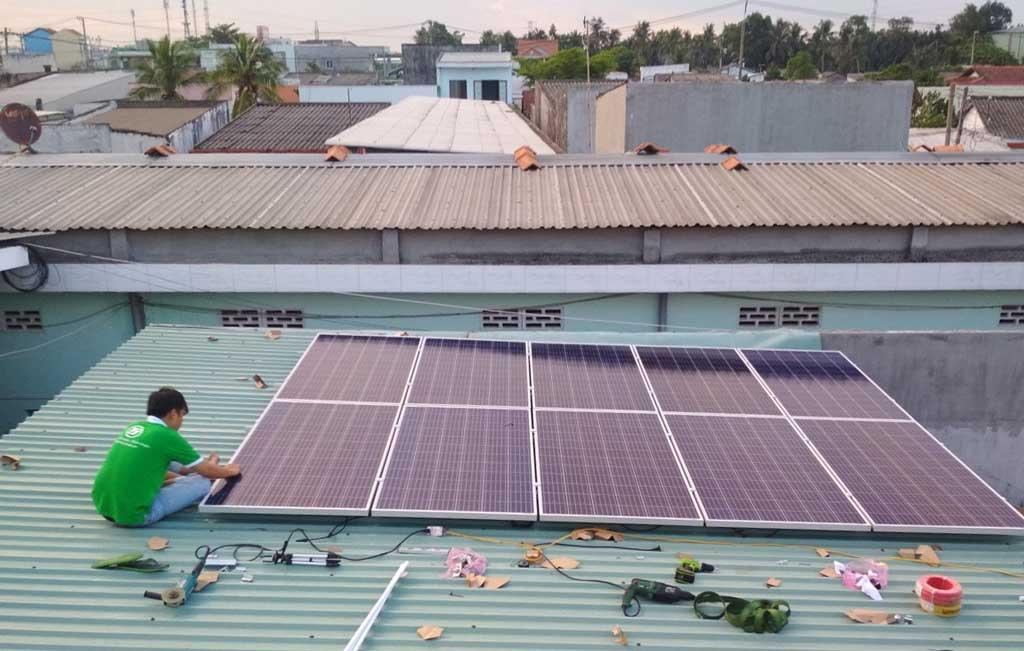 Nhân viên đang lắp đặt hệ thống điện mặt trời áp mái