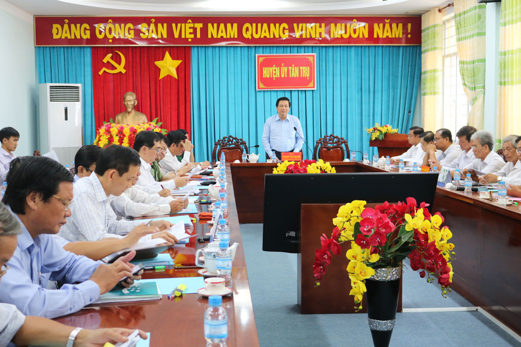 Secretary of Provincial Party Committee, Chairman of Provincial People's Council - Pham Van Ranh worked with Standing Committee of Tan Tru district Party Committee