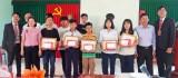 Prudential trao học bổng cho học sinh nghèo tại Cần Giuộc