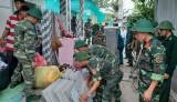 Bộ đội Biên phòng Long An hỗ trợ người dân trong vùng sạt lở di dời