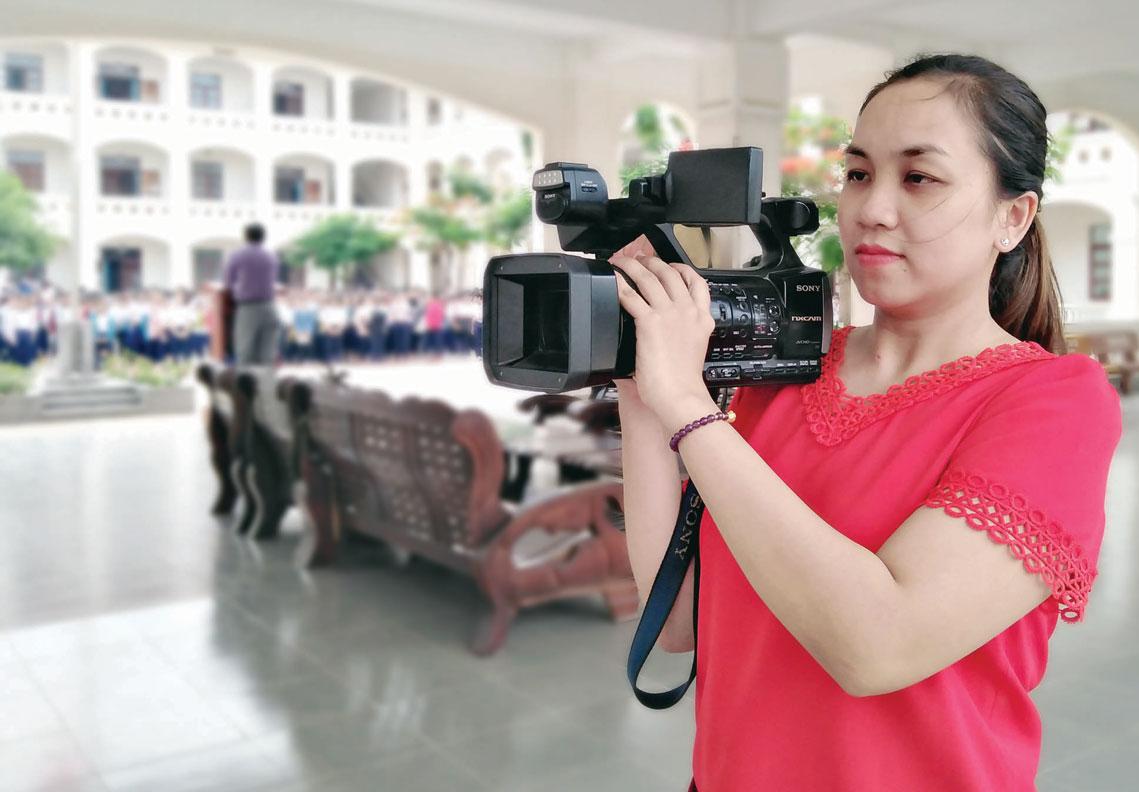Quỳnh Trang đang tác nghiệp