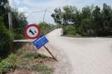 Biển báo tải trọng cầu Mương Đào bị ngã ngang