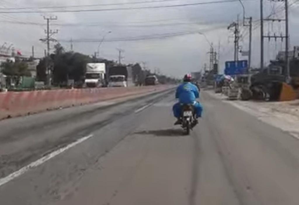 Người đi xe mô tô phản ánh tình trạng mặt đường bị cào, xới, đá mi văng ra gây nguy hiểm cho người đi xe hai bánh.