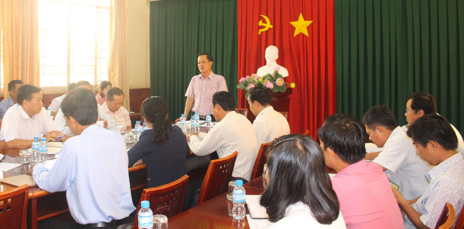 Leaders of Ben Luc district hold a meeting to discuss solutions to control epidemics