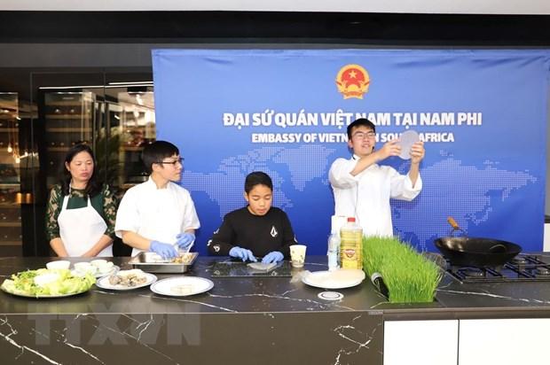 Trình diễn các công đoạn làm món nem cuốn và chè ngô cổ truyền do cán bộ Đại sứ quán Việt Nam thực hiện tại ASEAN Festival Day. (Ảnh: Phi Hùng/TTXVN)