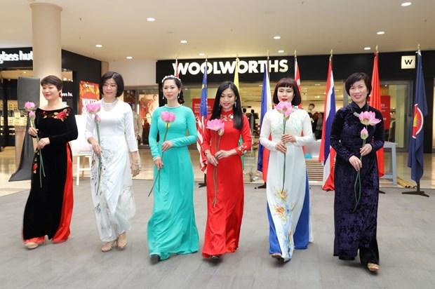 Tiết mục trình diễn áo dài truyền thống của Đại sứ quán Việt Nam tại ASEAN Festival Day 2019. (Ảnh: Phi Hùng/TTXVN)
