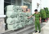Đức Hòa: Bắt quả tang ô tô vận chuyển 12.000 gói thuốc lá nhập lậu