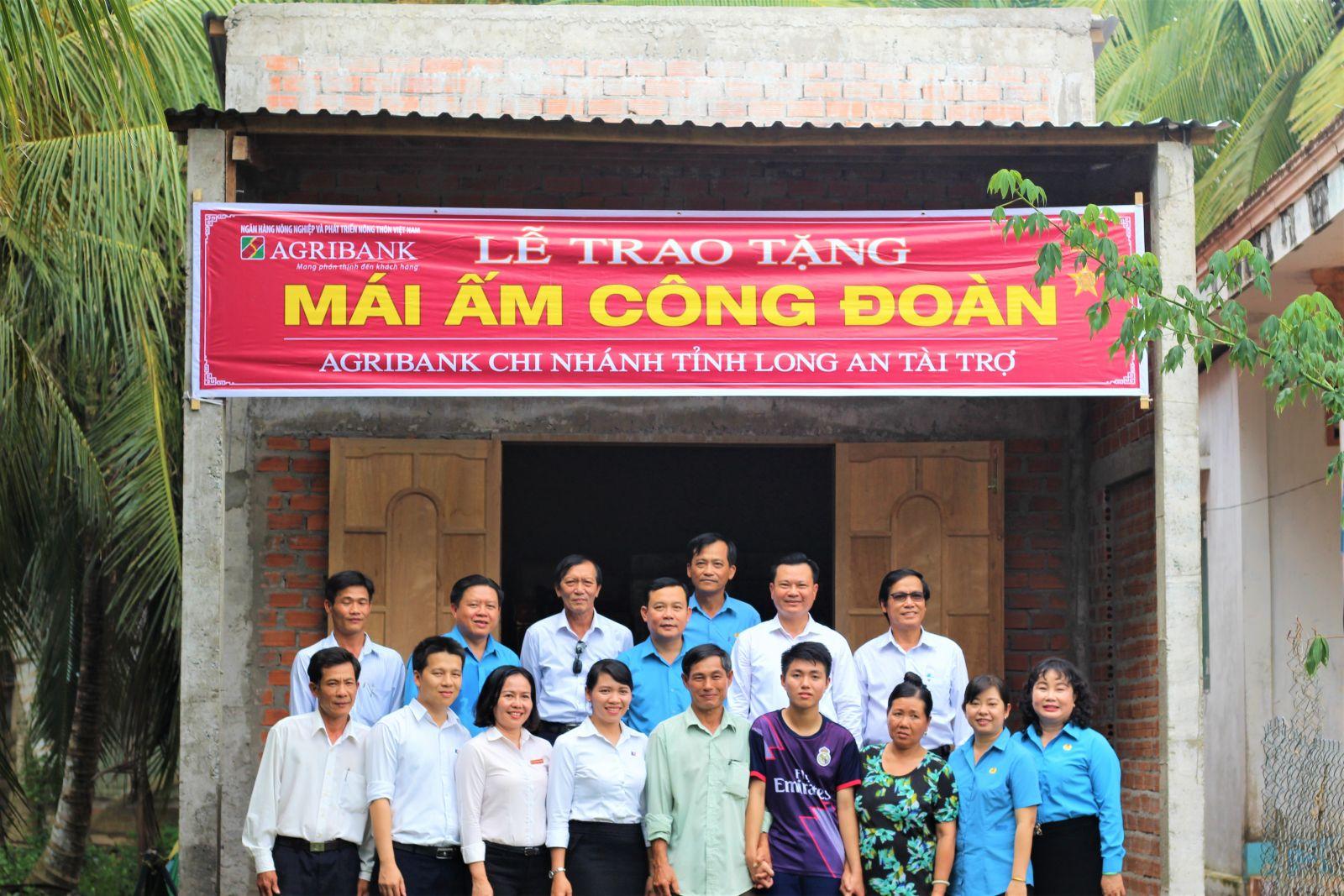 chụp hình lưu niệm với gia đình anh Nguyễn Văn Cọt Anh tại buổi bàn giao