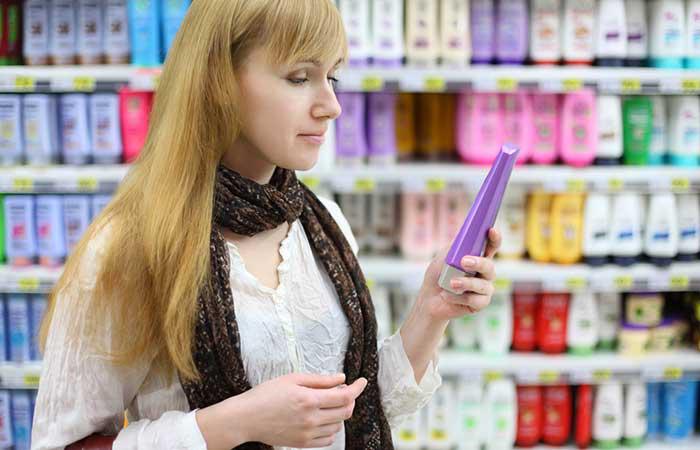 """Dầu gội ngăn rụng tóc: Việc tìm đúng loại dầu gội đầu dành cho tóc rụng do các bệnh về tuyến giáp khá nan giải. Bạn không chỉ cần một sản phẩm giúp ngăn rụng tóc mà còn cần cải thiện độ chắc khỏe của tóc. Đối với tóc mỏng và khô, điều đầu tiên bạn cần là sản phẩm có """"dưỡng ẩm"""" và """"cấp nước"""". Một số thành phần chính bạn nên tìm là glycerin, silicon, và keratin. Nếu tóc không bị khô mà vẫn rụng, thì sản phầm tốt nhất dành cho bạn là loại dầu gội có công thức đặc chế."""