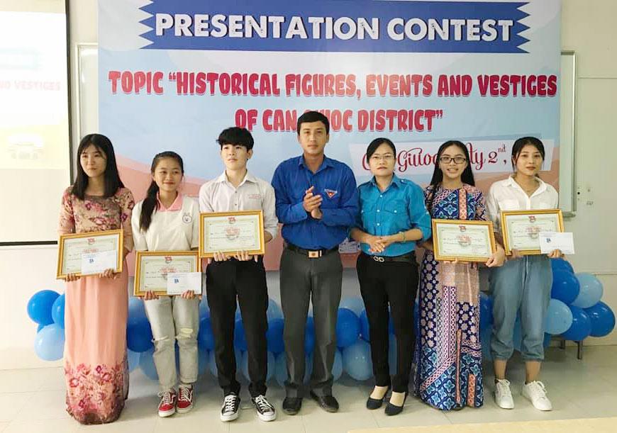 Trao thưởng cho các thí sinh đoạt giải trong Hội thi Thuyết minh về các khu di tích lịch sử địa phương bằng tiếng Anh