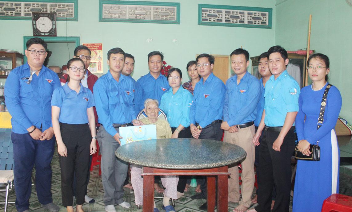 Huyện đoàn Cần Giuộc thăm Mẹ Việt Nam Anh hùng Biện Thị Tư