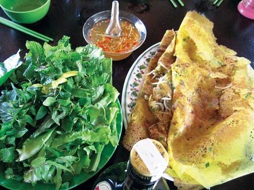 Bánh xèo nhân bồn bồn: Bánh xèo là món ăn phổ biến ở Nam Bộ, tùy vào cách chế biến mà nó mang những hương vị riêng của từng vùng, miền. Riêng ở U Minh, nhân bánh có thêm bồn bồn chẻ nhỏ, thịt gà (vịt), ếch nhái hay chuột băm. Rau ăn kèm gồm thơm, cải xanh và các loại lá cây khác như ổi, đọt cây sao nhái...