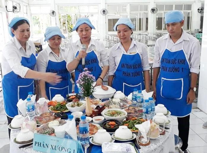 Các đoàn vien công đoàn tham gia hội thi nấu ăn ngày gia đình việt Nam và kỷ niệm 30 năm thành lập công ty