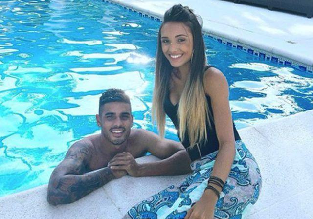 Isadora Nascimento và anh bạn trai cầu thủ Emerson cũng đã có với nhau rất nhiều khoảnh khắc tình tứ bên hồ bơi.