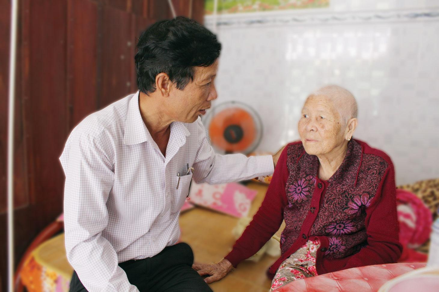Chính quyền địa phương thăm hỏi sức khỏe Mẹ Việt Nam Anh hùng