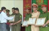 Tặng giấy khen đột xuất cho Công an huyện Tân Trụ