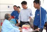 Báo Long An, Huyện đoàn Cần Giuộc thăm, tặng quà cho Mẹ Việt Nam Anh hùng, gia đình chính sách