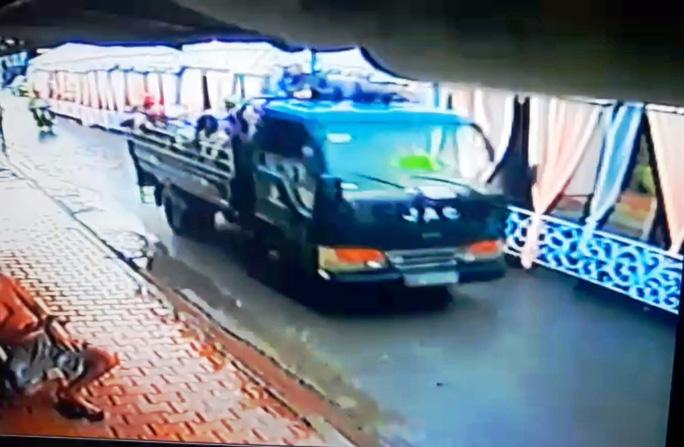 Xe chở bình gas đến tiệm cầm đồ truy sát