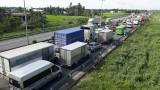 Cao tốc TP.HCM - Trung Lương ùn ứ vì xe tải lật giữa đường