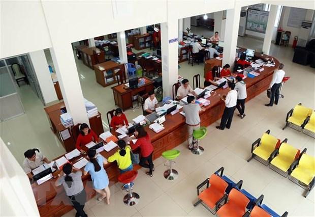 Cán bộ Trung tâm hành chính công tỉnh Hà Tĩnh giải quyết thủ tục hành chính cho người dân. (Ảnh minh họa: Hoàng Ngà/TTXVN)