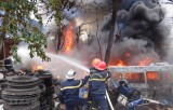 An Giang: Hàng trăm chiếc lốp xe ôtô cũ bén lửa bốc cháy dữ dội giữa khu dân cư