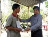 Chủ tịch UBND huyện Bến Lức thăm gia đình bị thiệt hại do dông lốc