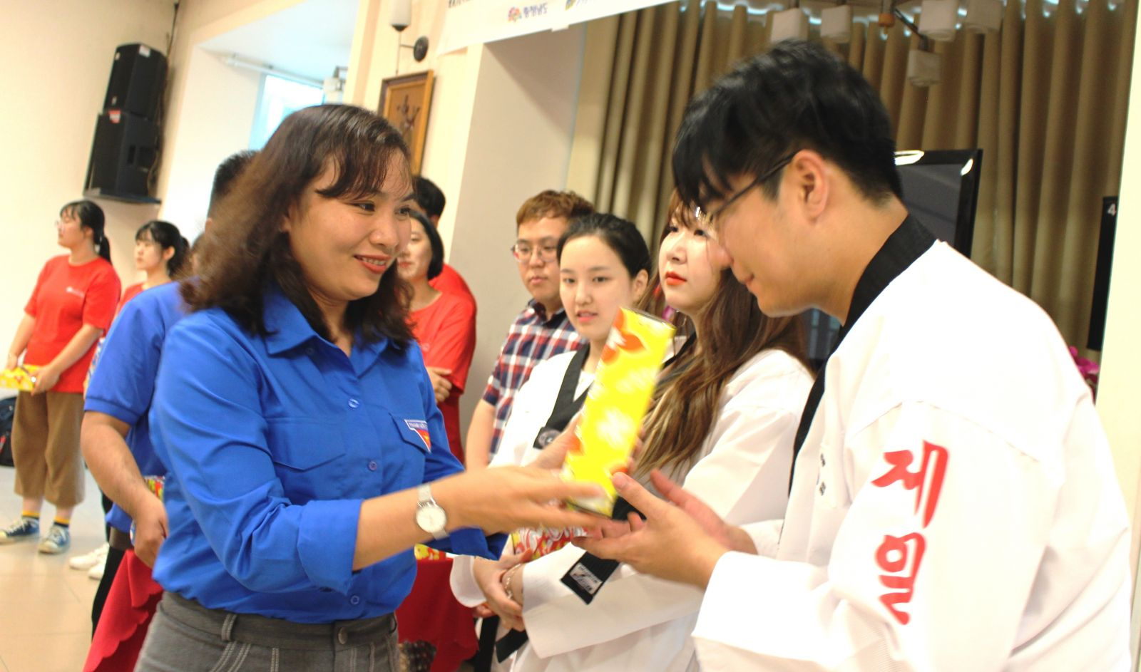 Deputy Secretary of Long An provincial Youth Union - Le Thi Cam Tu gave gifts to the youth and teenagers in Chungcheongnam province after 6 days working in Long An