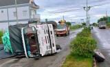 Rớt bánh sau khi đang chạy, xe tải lật ngang