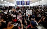 Biển người biểu tình tràn vào Sân bay quốc tế Hong Kong