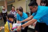 Quỹ Hy vọng - Báo VnExpress trao quà cho trẻ em biên giới