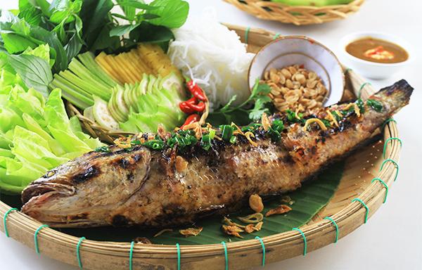 Sau khi được cạo bỏ lớp da dính than, thịt cá lại rất ngọt và thơm nức. Ảnh: I.T