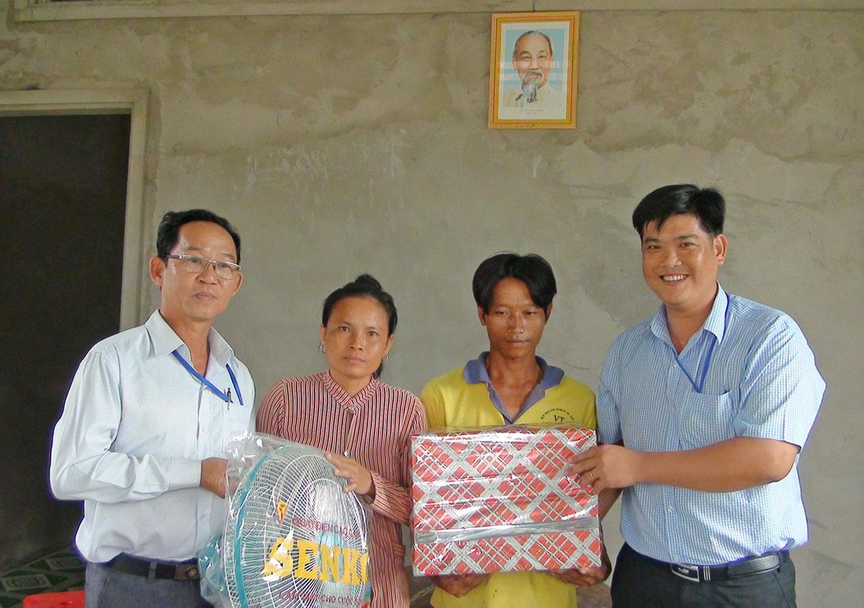 Đại diện chính quyền địa phương tặng quà chúc mừng gia đình anh Nguyễn Thanh Phong