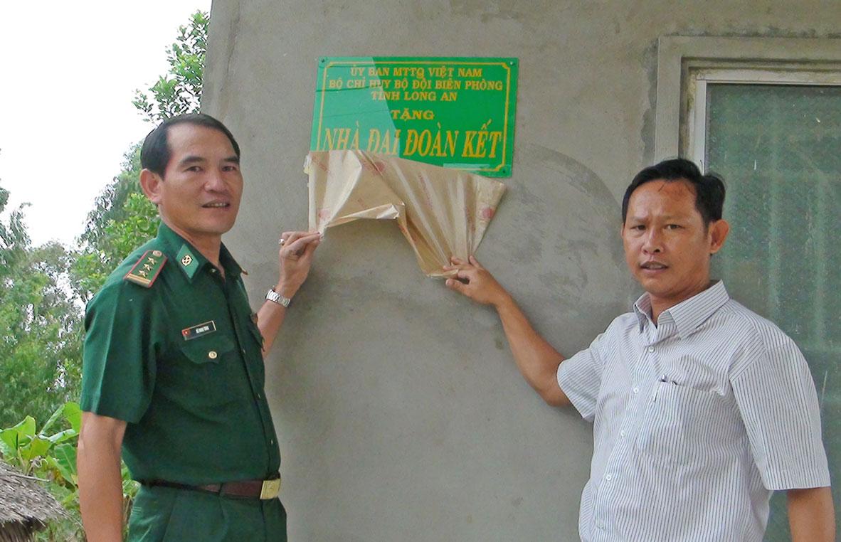 Thượng tá Vũ Minh Tùng - Phó Chủ nhiệm chính trị, Bộ đội Biên phòng tỉnh, đại diện UBMTTQ Việt Nam thị xã Kiến Tường trao nhà Đại đoàn kết cho gia đình anh Nguyễn Thanh Phong