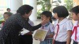 Nguyên Phó Chủ tịch nước - Trương Mỹ Hoa trao học bổng tại Long An