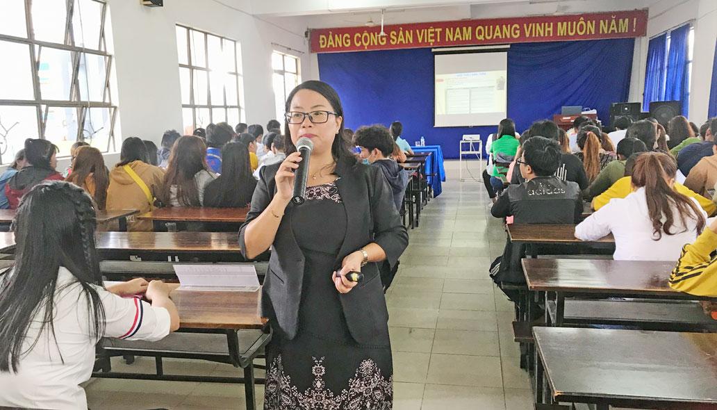 Phó Giám đốc Nhân sự Công ty TNHH Jia Hsin - Lương Thị Ánh Phượng trao đổi với sinh viên định hướng nghề nghiệp