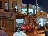 Xe tải đâm vào nhà dân, tài xế bỏ trốn
