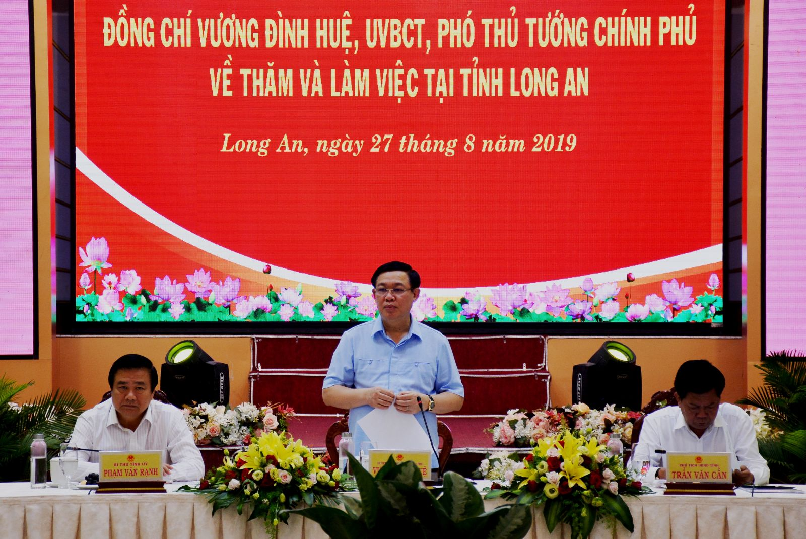 Deputy PM - Vuong Dinh Hue works with the leader of Long An province