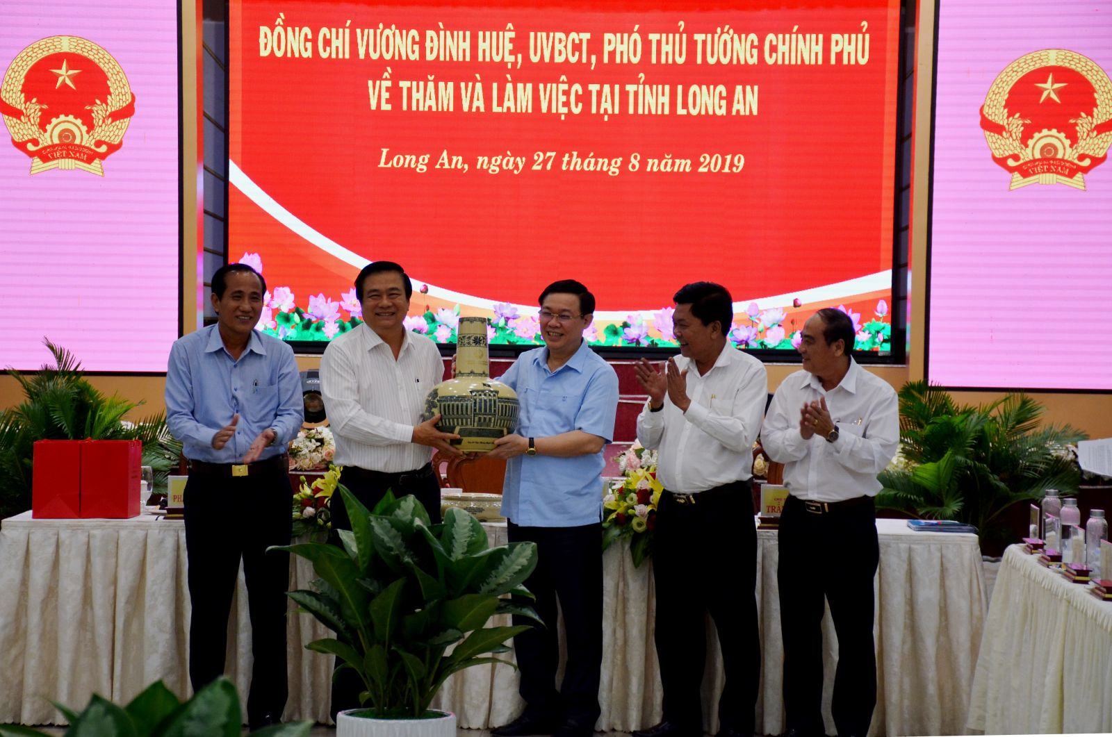 Deputy PM - Vuong Dinh Hue presents a souvenir gift to the leader of Long An province