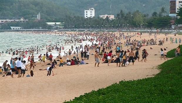Bãi biển Quy Nhơn chiều 30/4, đông nghẹt du khách và người dân ra tắm biển. (Ảnh: Nguyên Linh/TTXVN)