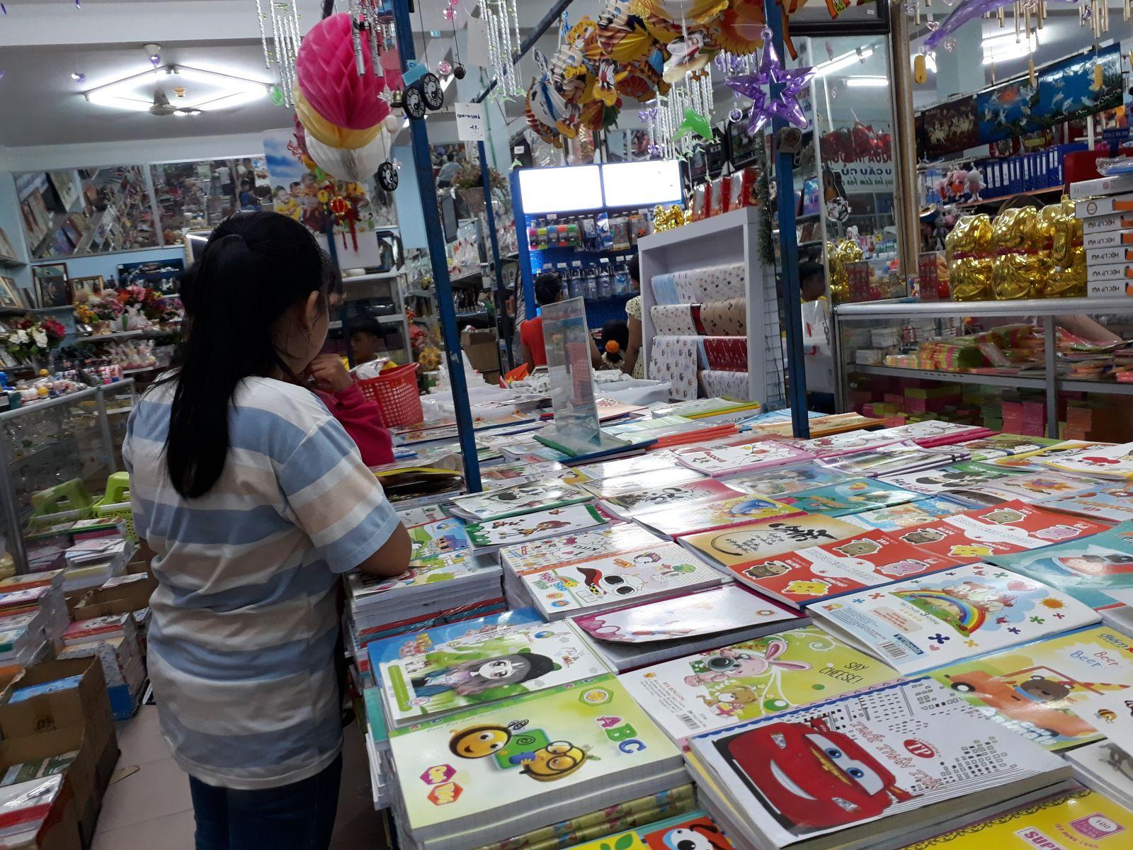 Mua sắm sách, vở, dụng cụ học tập cho con vào năm học mới là nỗi lo của công nhân, lao động nghèo