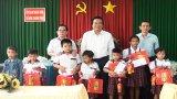 Bí thư Tỉnh ủy Long An – Phạm Văn Rạnh tặng quà Trung thu cho trẻ em nghèo