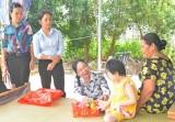 Thạnh Hóa: Thăm, tặng quà trẻ em khuyết tật