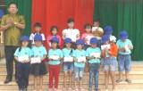 Đoàn Cơ sở Trường Chính trị tỉnh Long An: Tổ chức chương trình Trung thu cho em tại huyện Tân Hưng