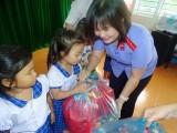 Tặng 50 phần quà cho học sinh nghèo xã Tân Lập, huyện Tân Thạnh