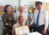 Phó Bí thư Tỉnh ủy, Chủ tịch UBND tỉnh Long An – Trần Văn Cần trao Huy hiệu 70 năm tuổi Đảng cho đảng viên