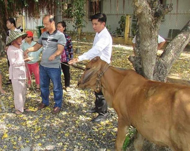 Bà Nguyễn Thị Đựng vui mừng khi nhận bò giống