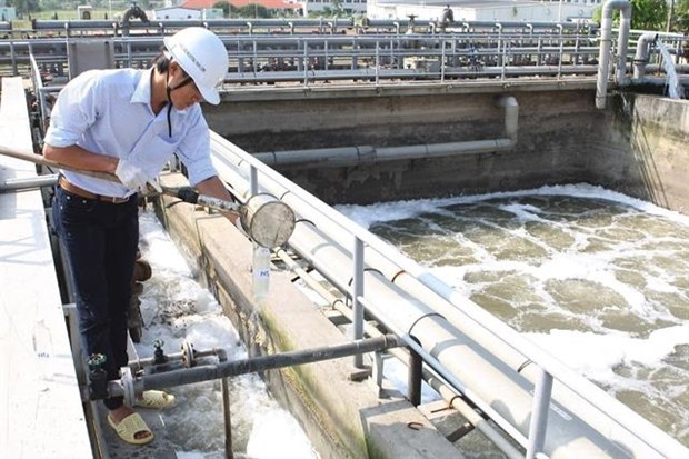 An expert checks wastewater at a wastewater treatment system in the Thang Long Industrial Zone in Hanoi's Dong Anh district (Photo: VNA)